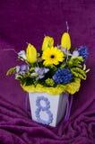 Todavía vida con un ramo de tulipanes en un estilo clásico fotografía de archivo libre de regalías