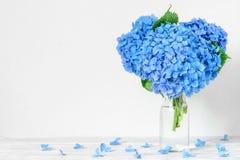 Todavía vida con un ramo hermoso de flores azules de la hortensia con descensos del agua fondo del día de fiesta o de la boda foto de archivo libre de regalías