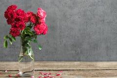 Todavía vida con un ramo hermoso de flores de las rosas rojas fondo del día de fiesta o de la boda fotos de archivo