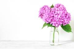 Todavía vida con un ramo hermoso de flores rosadas de la hortensia fondo del día de fiesta o de la boda imagen de archivo libre de regalías