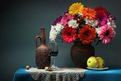 Todavía vida con un ramo y un vino Margaritas de Transvaal Foto de archivo