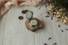 Todavía vida con un reloj Imagenes de archivo