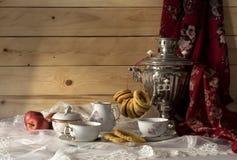 Todavía vida con un samovar, los panecillos y el té Fotos de archivo libres de regalías