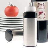 Todavía vida con una botella de artículos del vino rojo y del hogar: Fotografía de archivo libre de regalías