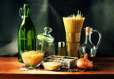 Todavía vida con una botella verde, pastas Imagen de archivo libre de regalías