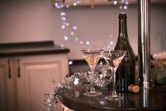 Todavía vida con una botella y dos vidrios de champán Fotografía de archivo libre de regalías