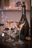 Todavía vida con una botella y dos vidrios de champán Imagenes de archivo
