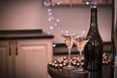 Todavía vida con una botella y dos vidrios de champán Fotos de archivo libres de regalías