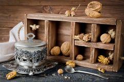 Todavía vida con una caja de madera y las nueces Foto de archivo libre de regalías