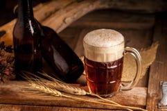 Todavía vida con una cerveza de barril por el vidrio en la tabla de madera Fotos de archivo libres de regalías