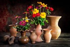 Todavía vida con una flor del florero, loza de barro Imagenes de archivo