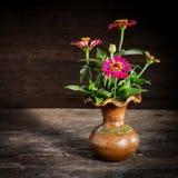 Todavía vida con una flor del florero, loza de barro Fotografía de archivo libre de regalías