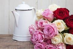 Todavía vida con una poder y las rosas de café Imágenes de archivo libres de regalías