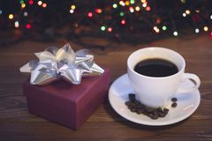 Todavía vida con una taza de café y una caja de regalo Fotos de archivo