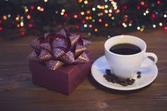 Todavía vida con una taza de café y una caja de regalo Fotos de archivo libres de regalías