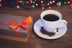 Todavía vida con una taza de café y una caja de regalo Imágenes de archivo libres de regalías