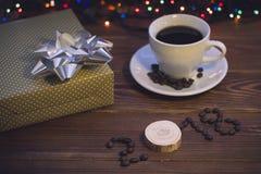 Todavía vida con una taza de café y una caja de regalo Imagen de archivo libre de regalías