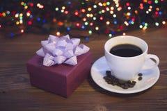 Todavía vida con una taza de café y una caja de regalo Foto de archivo libre de regalías
