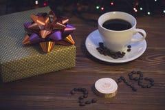 Todavía vida con una taza de café y una caja de regalo Foto de archivo