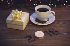 Todavía vida con una taza de café y una caja de regalo Fotografía de archivo