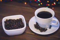 Todavía vida con una taza de café y un cuenco de granos de café Fotos de archivo libres de regalías