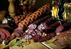 Todavía vida de diversas variedades de salchicha Imágenes de archivo libres de regalías