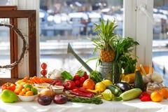 Todavía vida de foruts tropicales, de verduras y de diversos objetos imágenes de archivo libres de regalías