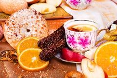 Todavía vida de galletas, de dulces, de chocolates y del té Foto de archivo