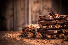 Todavía vida de la barra de chocolate quebrada Fotos de archivo