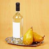 Todavía vida de la botella de vino de la pera Imagen de archivo