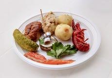 Todavía vida de la comida en una placa plástica blanca Fotos de archivo libres de regalías