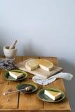Todavía vida de la comida: pastel de queso con la miel y la lavanda Fotografía de archivo libre de regalías