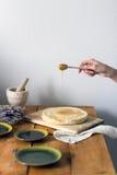 Todavía vida de la comida: pastel de queso con la miel y la lavanda Fotos de archivo libres de regalías