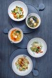 Todavía vida de la comida, sopa de mejillones, ensalada de la carne en la tabla Imagen de archivo libre de regalías