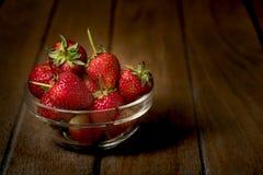 Todavía vida de la fresa fresca en la tabla de madera Imagen de archivo libre de regalías