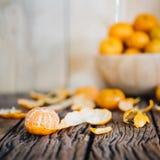 Todavía vida de la fruta anaranjada en la tabla de madera Imagen de archivo libre de regalías