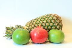 Todavía vida de la fruta apetitosa, piña, granada, limón, manzana, pera, kiwi, pomelo, longan, largo-kong Imagen de archivo