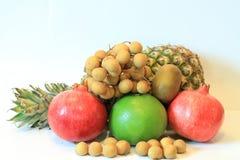 Todavía vida de la fruta apetitosa, piña, granada, limón, manzana, pera, kiwi, pomelo, longan, largo-kong Imagenes de archivo