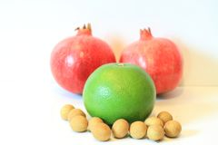 Todavía vida de la fruta apetitosa, piña, granada, limón, manzana, pera, kiwi, pomelo, longan, largo-kong Foto de archivo libre de regalías