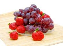 Todavía vida de la fruta. uvas y fresas frescas Foto de archivo
