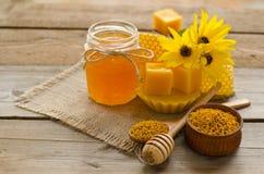 Todavía vida de la miel, cera, panales, flores Imagen de archivo
