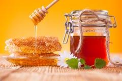Todavía vida de la miel en la tabla de madera Imagenes de archivo