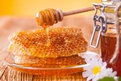 Todavía vida de la miel en la tabla de madera Imagen de archivo