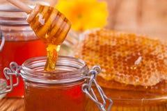 Todavía vida de la miel en la tabla de madera Fotos de archivo libres de regalías