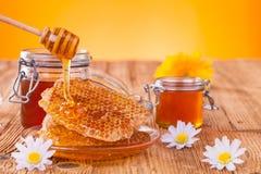 Todavía vida de la miel en la tabla de madera Imágenes de archivo libres de regalías