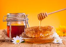 Todavía vida de la miel en la tabla de madera Fotografía de archivo libre de regalías
