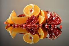 Todavía vida de la naranja y de la granada fotos de archivo