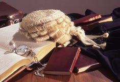 Todavía vida de la parafernalia legal en el escritorio del ` s del abogado Fotografía de archivo libre de regalías