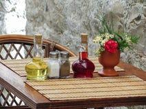 Todavía vida de la porción mediterránea en la tabla de la calle en restauran Foto de archivo libre de regalías