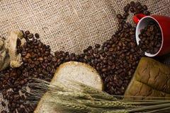 Todavía vida de la taza de café con los granos, el pan y la cebada de café Imágenes de archivo libres de regalías